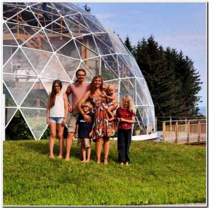 История одной семьи, которая отделилась от человечества и построила «чудо-дом»