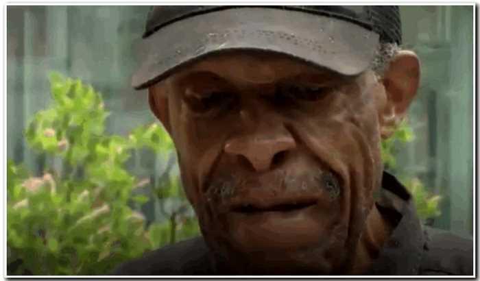 98-летний дедушка проходит по 10км в день, чтобы поцеловать больную жену
