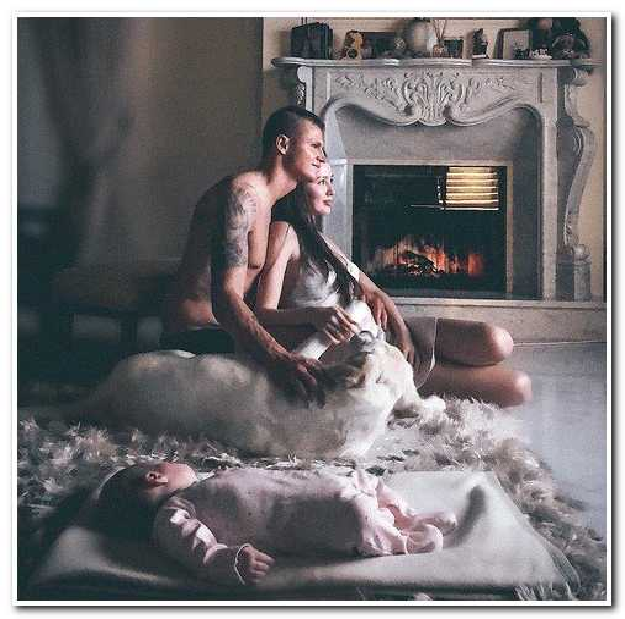«Бедный пупсик лежит отдельно»: подписчики не оценили семейное фото Тарасова и Костенко
