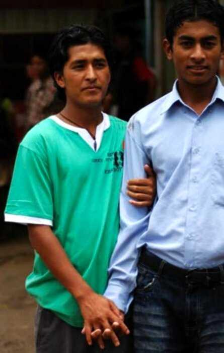 Почему непальские мужчины, и даже полицейские, ходят за ручку?
