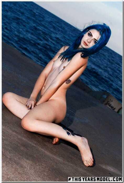 Ivy Blue раздевается на берегу моря (15 фото)