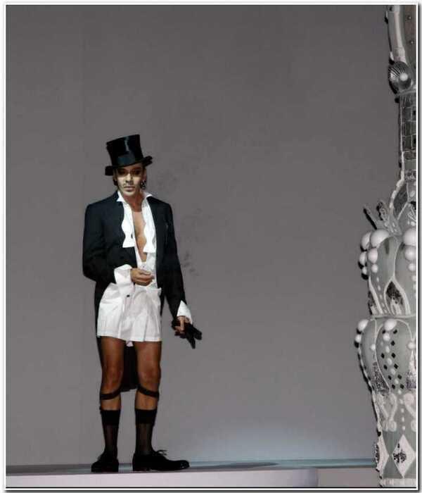 Скандальный и талантливый Джон Гальяно: 10 самых провокационных образов дизайнера