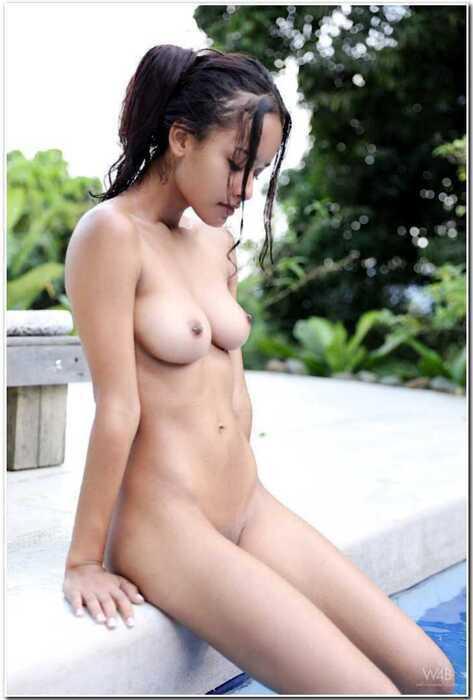 Лилу из Колумбии полностью раздетая в бассейне (17 фото)