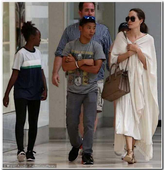 «Он тебя не хотел»: Анджелина Джоли настраивает сына Пакса против Брэда Питта