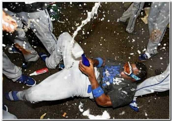 «Алкоголь рекой»: 25 фото о том, как спортсмены празднуют свои победы