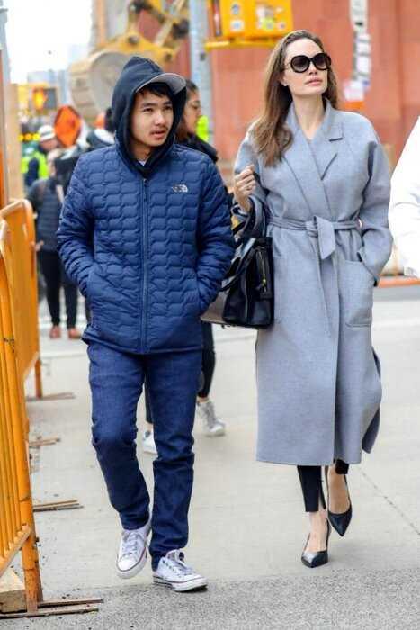 """""""Первый пошел"""": Анджелина Джоли отвела старшего сына в университет"""
