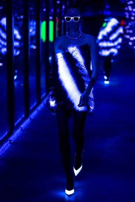 Фантастическое световое шоу на показе Saint Laurent