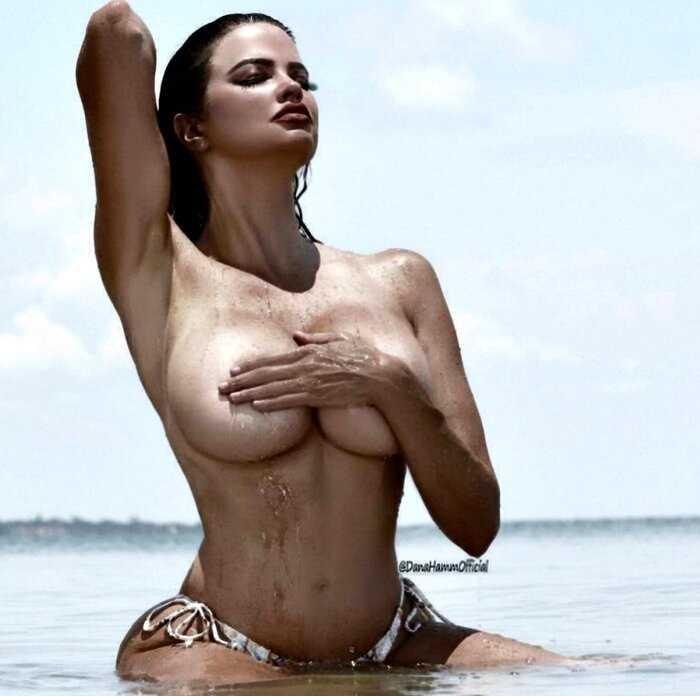 Девушки, прикрывающие грудь руками