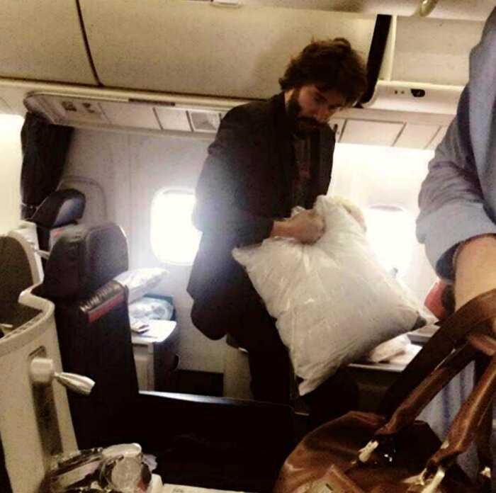 Самолет совершил экстренную посадку. Одним из пассажиров оказался Киану Ривз, который развез всех по домам.