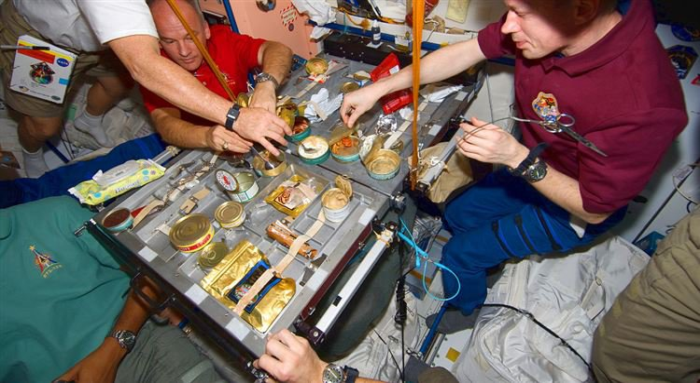 """""""Белки, жиры, углеводы"""": Интересные факты о том, как питаются космонавты"""