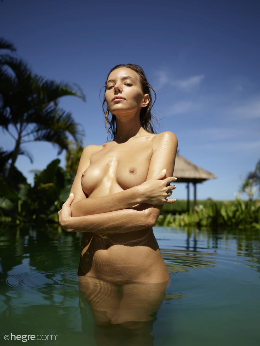 Эротическая фотосессия в воде (12 фото)