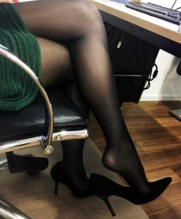 коллекция порно ножки под столом в чулках фото опытного мудрого партнера