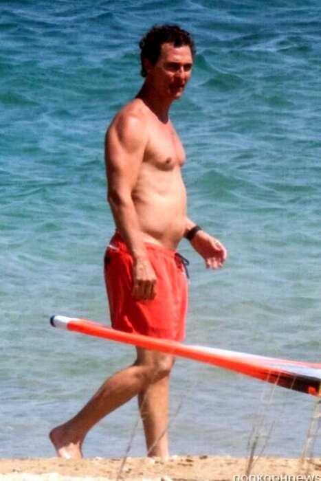 «Больше не поджарый»: растолстевшего Мэттью Макконахи засняли на пляже в Греции