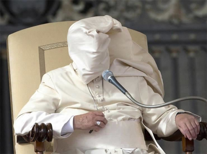 20 доказательств того, что ветер затаил обиду на Папу Римского