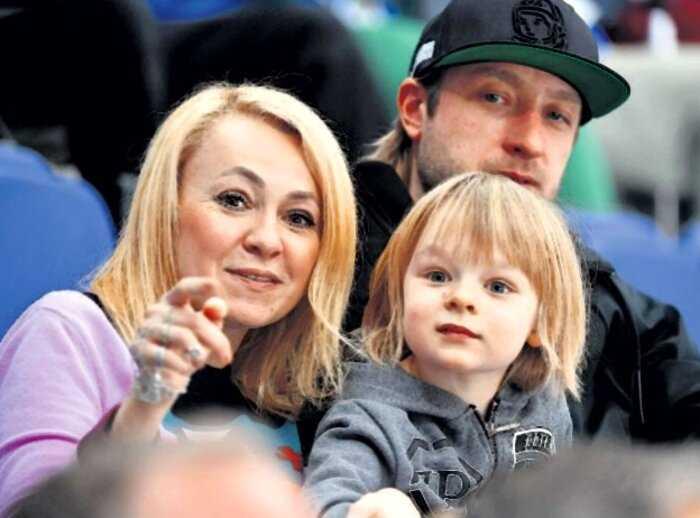 Рудковская и Плющенко пригласили батюшку и выгнали привидение из своего дома