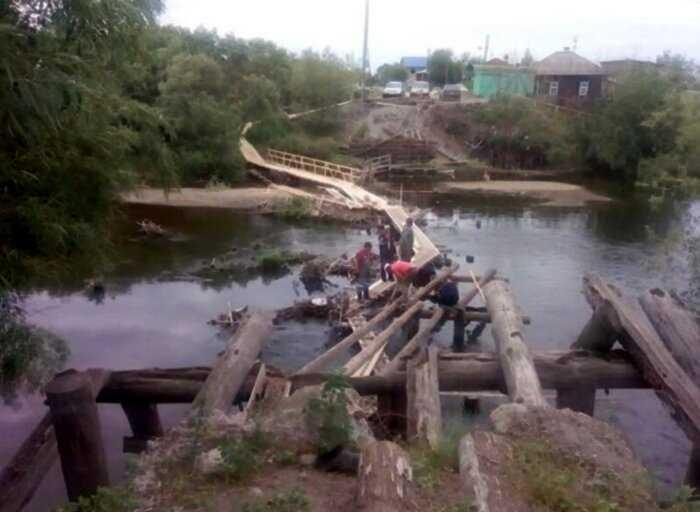 Жители уральской деревни отчаялись ждать помощи властей и построили мост сами