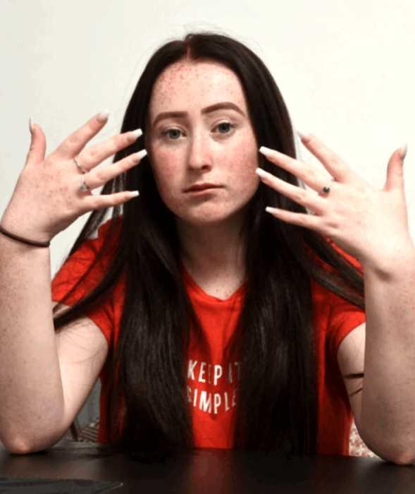 «Будь проще»: британскую школьницу исключили из школы за маникюр