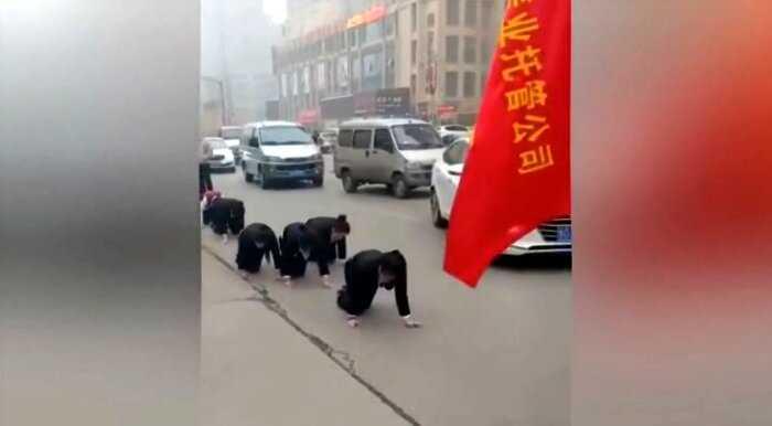 «Наказание по китайски»: работников заставляют пить куриную кровь за плохую работу