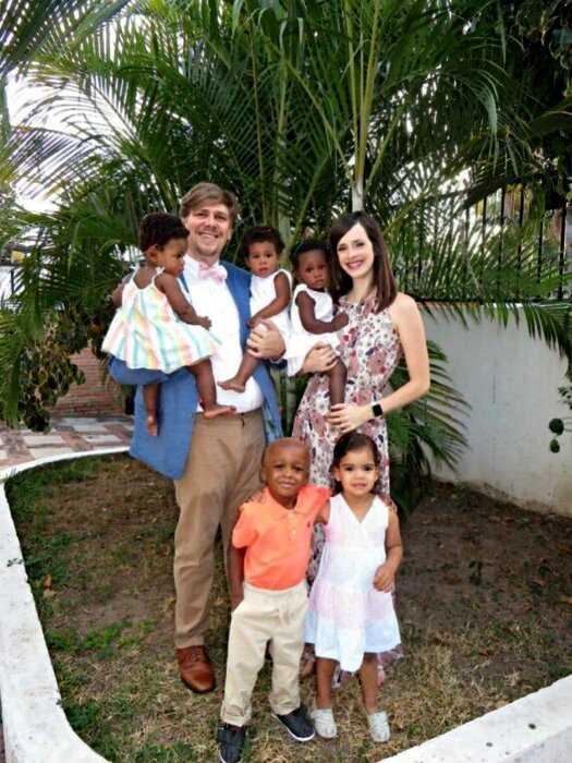 У белой пары родились тройняшки. Увидев малышей, отец не смог сдержать слёз