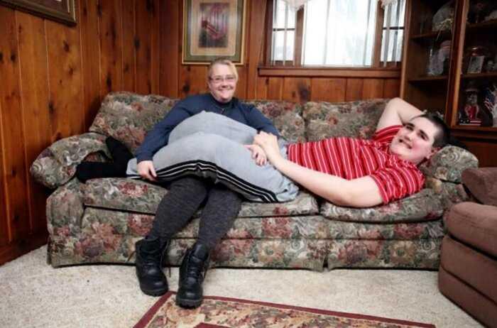 «Гулливер среди людей»: вот как живет 19-летний парень, страдающий гигантизмом