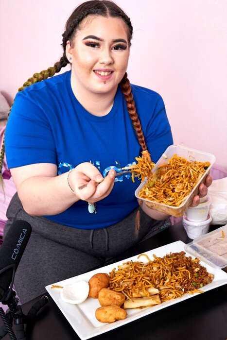Девушка весом 100 кг бросила работу, чтобы толстеть и богатеть