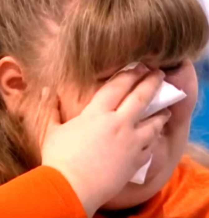 «Заедает голод бумагой»: девочка Вика весит 118 кг в 13 лет и не может остановиться