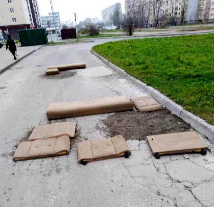 В Калининграде жители починили дорогу с помощью земли и дивана