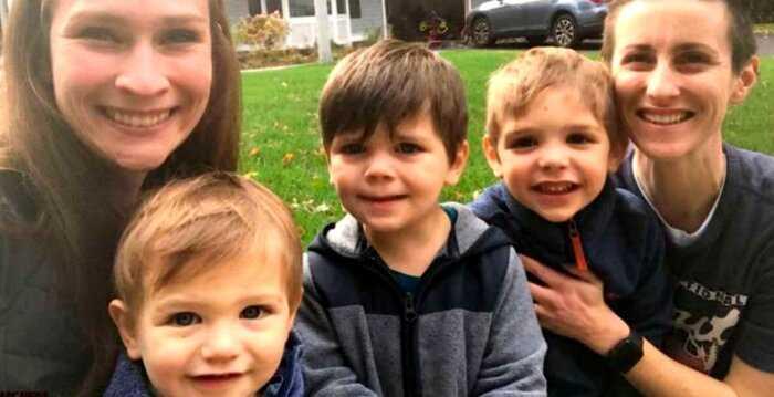 Пара усыновила троих биологических братьев, чтобы они могли расти вместе