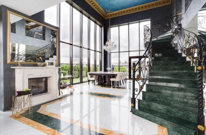 «Мрамор, золото, безвкусие»: Джиган выставил на продажу свой особняк за 140 миллионов