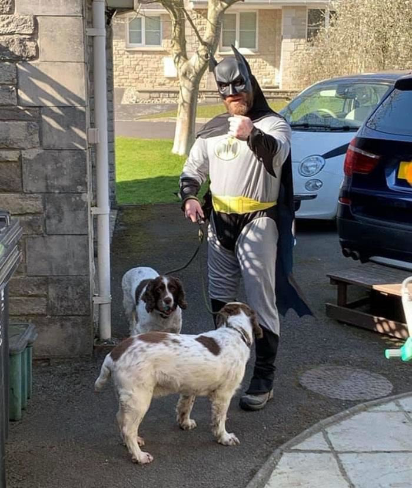 Британец каждый день надевает новые костюмы для выгула собак и веселит соседей