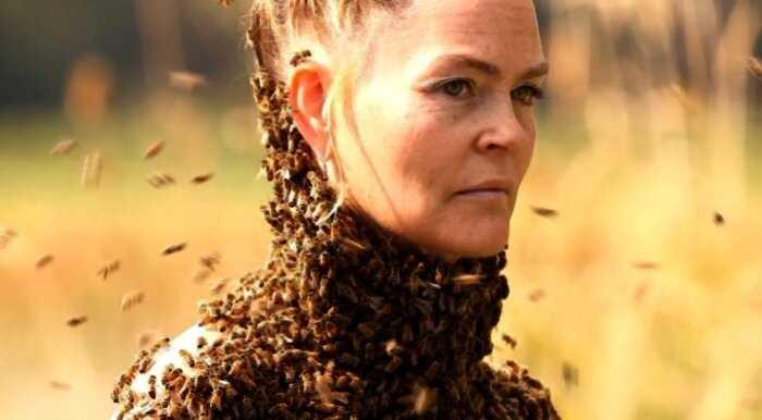 Королева пчел: американка носит на голом теле 12 тысяч пчел вместо одежды