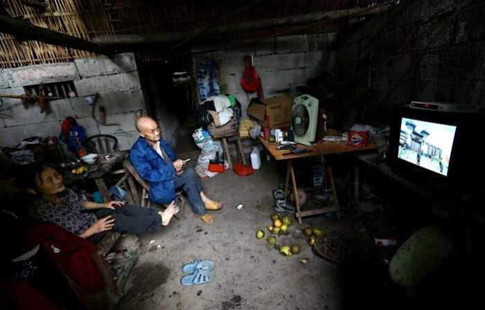 Супружеская пара 60 лет живет в пещере