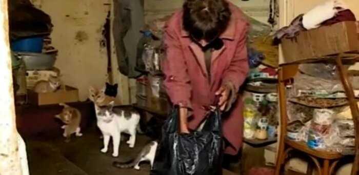 Женщина, 26 лет не выходившая из дома, показала, в каких условиях она существует