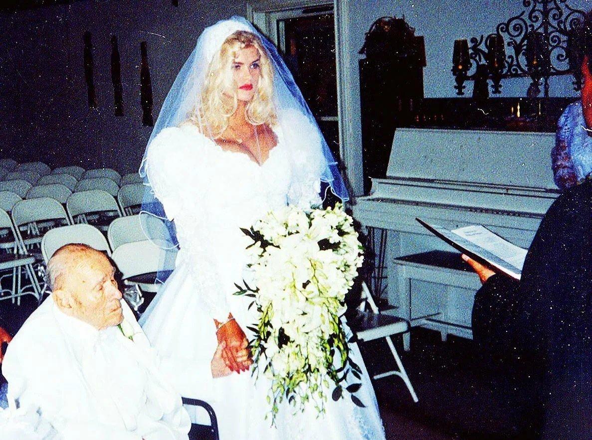 89-летний старик-миллиардер и 27-летняя красотка. Как сложилась судьба супругов