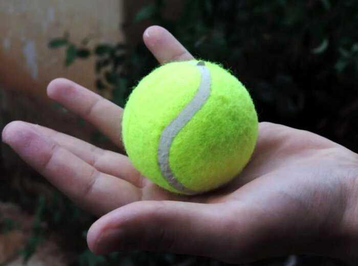 Почему теннисные мячи пушистые? А что будет, если их побрить?