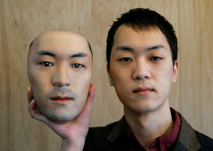 Японец создал гиперреалистичную маску, которая полностью меняет внешность