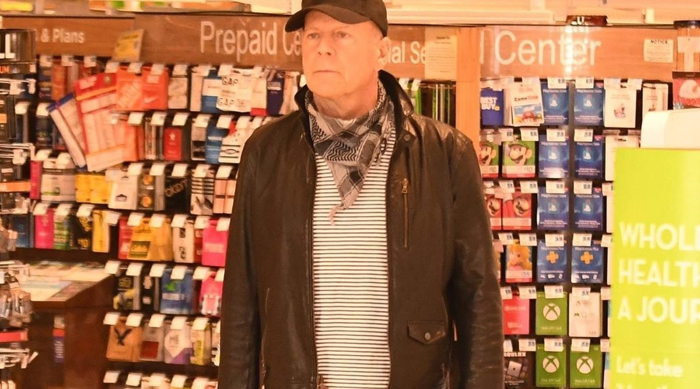 Брюса Уиллиса выгнали из аптеки за отказ надеть защитную маску