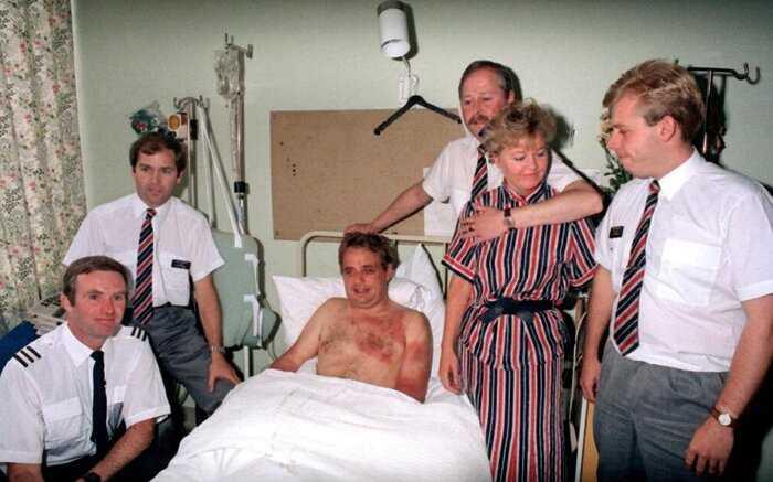 30 лет назад капитана лайнера высосало из кабины за борт, но реакция и смелость бортпроводника спасли ему жизнь
