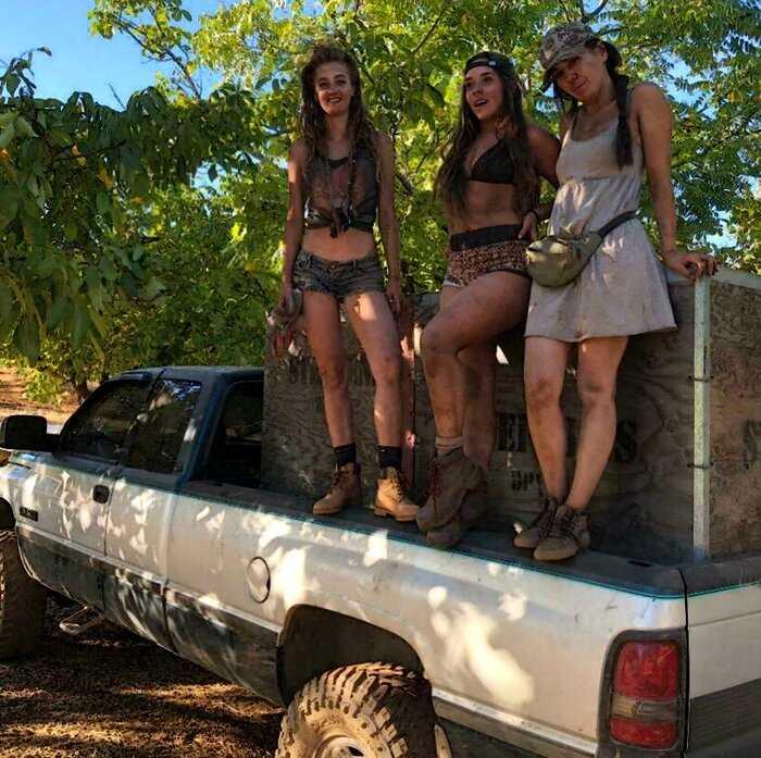 Три девушки уехали из города на ферму: как им удается самим вести огромное хозяйство