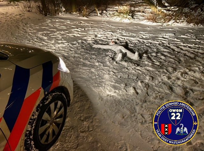 Полицейские бросились спасать парня, замерзающего на снегу, и выставили себя полными дураками