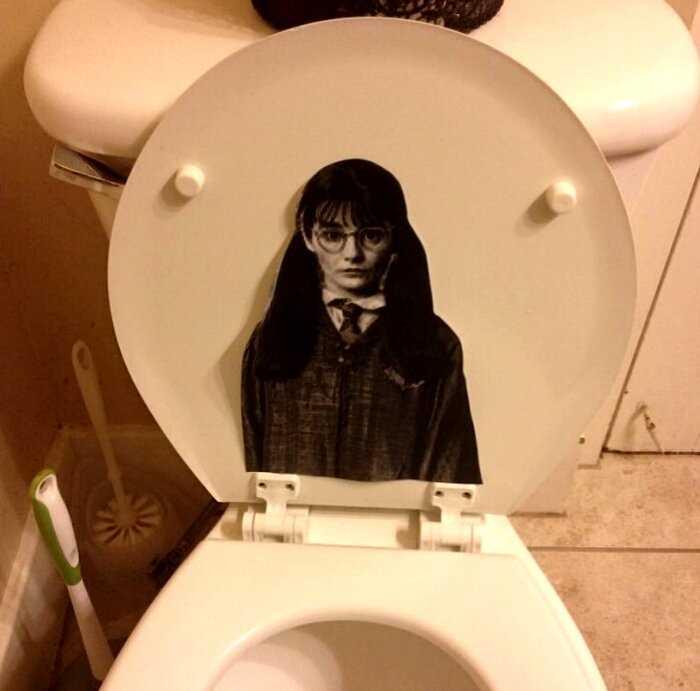 18 странных вещей, которые девушки находили в мужских ванных комнатах, и тут полный хаос и безумие