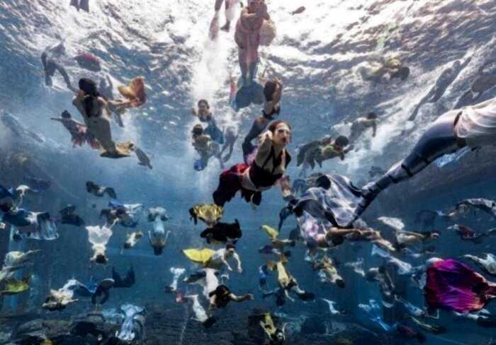 110 русалок собрались в одном бассейне в Китае