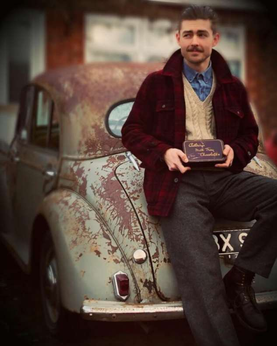 Молодожёны из Великобритании живут как в 1930-х годах: винтажная одежда, дом, инструменты и автомобиль